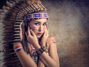 Bilder Federn Warbonnet Indianer Blick Hand Schön Mädchens