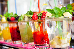 Fotos Cocktail Erdbeeren Getränke Großansicht Trinkglas Lebensmittel