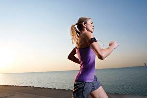 Hintergrundbilder Himmel Meer Blond Mädchen Laufsport Shorts Mädchens Sport