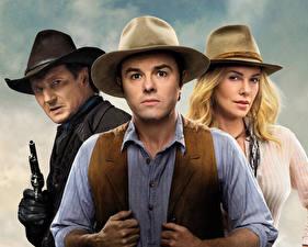 Bilder Mann Pistolen Charlize Theron Der Hut Blond Mädchen Cowboy A Million Ways to Die in the West, Liam Neeson, Seth MacFarlane Film Mädchens Prominente