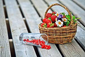 Bilder Erdbeeren Hügel-Erdbeere Kamillen Weidenkorb Trinkglas