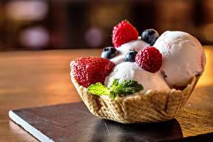 Bilder Speiseeis Erdbeeren Heidelbeeren Törtchen Süßware Großansicht das Essen