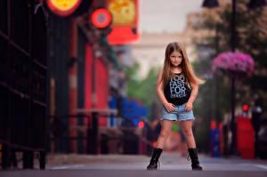 Bilder Kleine Mädchen Stadtstraße Shorts Braunhaarige kind