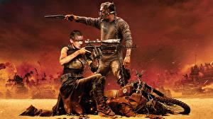 Fotos Charlize Theron Mann Scharfschützengewehr Mad Max: Fury Road Tom Hardy Tom Hardy Film Prominente Mädchens