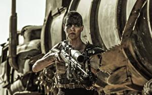 Fotos Charlize Theron Scharfschützengewehr Mad Max: Fury Road Scharfschütze Imperator Furiosa Film Prominente Mädchens