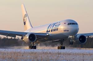 Fotos Flugzeuge Verkehrsflugzeug Boeing Boeing 767 224 ER UTair