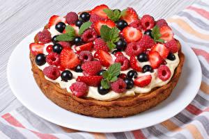 Bilder Torte Süßigkeiten Backware Erdbeeren Himbeeren Johannisbeeren Großansicht Teller Lebensmittel