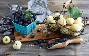 Fotos Pflaume Heidelbeeren Äpfel Obst Nahaufnahme Stillleben Weidenkorb Lebensmittel