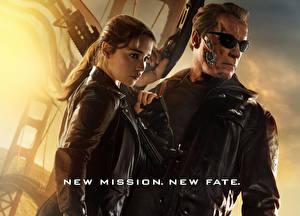 Bureaubladachtergronden Arnold Schwarzenegger Terminator Genisys Emilia Clarke Bril Een jas Twee 2 Sarah Connor Films Beroemdheden Jonge_vrouwen