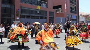 Papéis de parede Carnaval e baile de máscaras Chile Valparaíso Pessoas Rua Cidades
