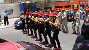Papéis de parede Carnaval e baile de máscaras Pessoas Chile Valparaíso Rua Chapéu Cidades Meninas