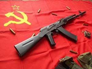 Bilder Sturmgewehr AK 47 Flagge UdSSR Hammer und Sichel