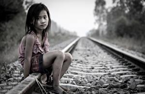 Hintergrundbilder Eisenbahn Kleine Mädchen Sitzend Schienen kind