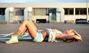 Bilder Shorts Schläft Bein junge frau