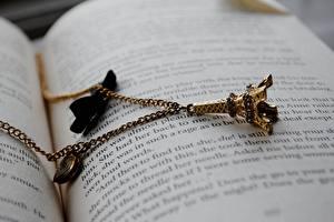 Images Jewelry Closeup Paris Eiffel Tower Books Souvenir Chain Pages
