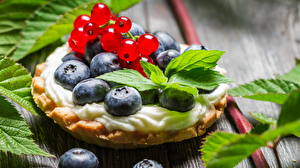 Bilder Törtchen Backware Heidelbeeren Ribisel Hautnah Blatt Small forest cupcake with fruits das Essen
