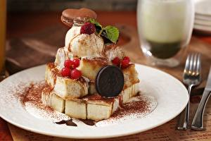 Fotos Speiseeis Süßigkeiten Kekse Beere Nahaufnahme Teller Lebensmittel
