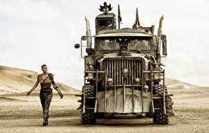 Bilder Mad Max: Fury Road Charlize Theron Wüste Lastkraftwagen Vorne Film