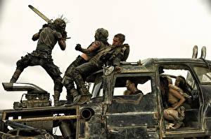 Hintergrundbilder Mad Max: Fury Road Mann Lastkraftwagen Gasmaske Kettensäge Schlägerei Film