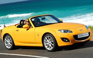 Bilder Mazda Cabrio Gelb Roadster MX-5 Roadster Autos