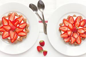 Fotos Törtchen Erdbeeren Großansicht Servieren Teller Löffel Lebensmittel