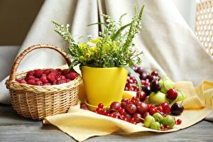 Hintergrundbilder Stillleben Himbeeren Meertrübeli Kirsche Fingerhüte Stachelbeere Weidenkorb das Essen Blumen