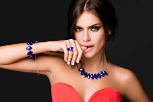 Fotos Schmuck Halsketten Armband Blick Hand Braune Haare Elena Temnikova Musik Prominente Mädchens