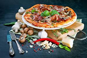 Fotos Fast food Pizza Pilze Knoblauch Paprika Messer Gabel das Essen