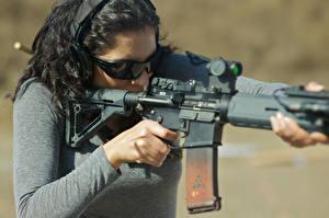 Bilder Sturmgewehr Brille Brünette rifle assault fire weapon Städte Heer Mädchens