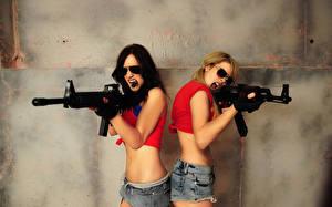 Fonds d'écran Fusil d'assaut Cheveux noirs Fille Blondeur Fille Lunettes Filles