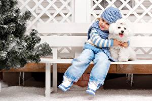 Bilder Hund Kleine Mädchen Mütze Pudel Sitzt kind Tiere