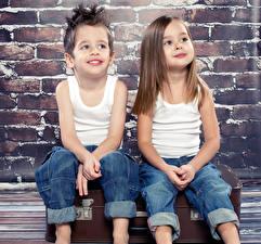 Bilder 2 Jungen Kleine Mädchen Unterhemd Jeans Sitzend kind