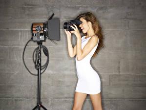 Fotos Kleid Fotoapparat Mauer Braunhaarige Mädchens