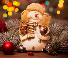 Bilder Feiertage Neujahr Schneemänner Kugeln Ast