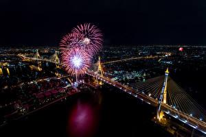 Sfondi desktop Thailandia Fiume Ponte Fuochi d'artificio Bangkok Megalopoli Notturna Lampioni Vista dall'alto