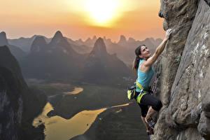 Bilder Gebirge Bergsteigen Felsen Bergsteiger Sport Mädchens