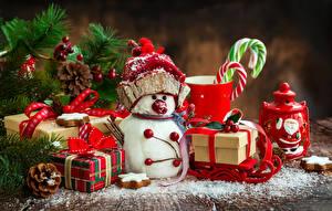 Fotos Feiertage Neujahr Schneemänner Mütze Geschenke Zapfen Ast