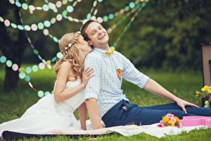 Hintergrundbilder Mann Paare in der Liebe Gras Zwei Sitzend Blondine Brautpaar Bräutigam Mädchens