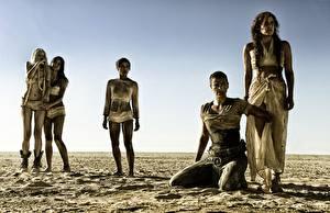 Bilder Mad Max: Fury Road Charlize Theron Rosie Huntington-Whiteley Wüste Film Prominente Mädchens