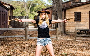 Bilder Revolver Der Hut Shorts Cowboy junge Frauen