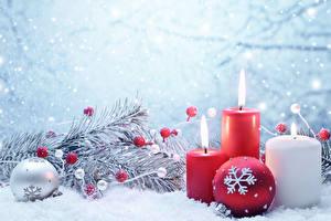 Fotos Spielzeuge Neujahr Kerzen Schnee Weihnachtsbaum Kugeln Ast Schneeflocken