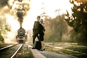 Hintergrundbilder Züge Mann Soldat Paare in der Liebe Lokomotive Rauch Koffer junge Frauen Heer