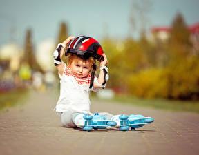 Fotos Kleine Mädchen Helm Sitzend Kinder