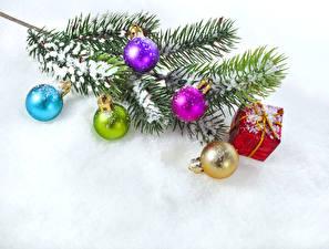 Hintergrundbilder Feiertage Neujahr Ast Kugeln Geschenke Schnee