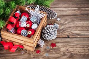 Fotos Feiertage Neujahr Schachtel Ast Kugeln Zapfen