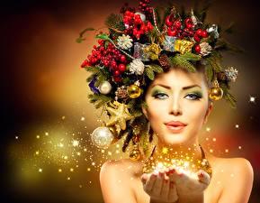 Bilder Feiertage Neujahr Kugeln Ast Gesicht Starren Schön Mädchens