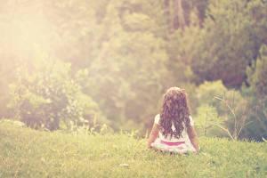 Bilder Kleine Mädchen Gras Sitzend Kinder