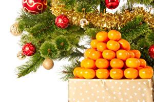 Bilder Feiertage Neujahr Zitrusfrüchte Mandarine Ast Kugeln Lebensmittel