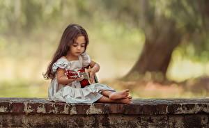Fotos Kleine Mädchen Gitarre Sitzend Kleid Kinder