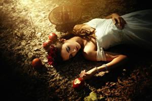Fotos Äpfel Braune Haare Mädchens Lebensmittel